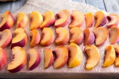 Stukken perziken op een scherpe raad voor het bevriezen Royalty-vrije Stock Foto's