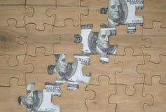 Stukken raadsel en dollarrekeningen royalty-vrije stock afbeeldingen