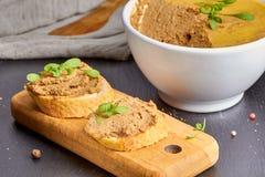 Stukken van baguette met de pastei van de kippenlever Royalty-vrije Stock Foto's
