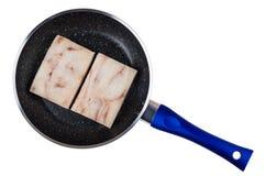 Stukken van bevroren gedrukt pollock in pan op wit royalty-vrije stock foto