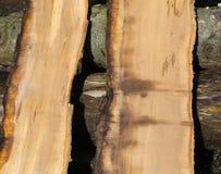 Stukken van boomboomstam in de zaagmolen volkomen wordt gezaagd die royalty-vrije stock foto