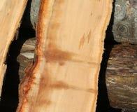 Stukken van boomboomstam in de zaagmolen wordt gezaagd die royalty-vrije stock fotografie