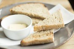Stukken van brood met boter stock foto