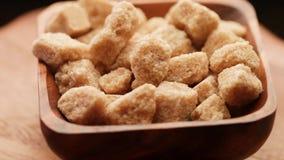 Stukken van bruine suiker stock footage