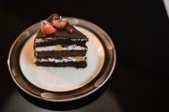 Stukken van cake De cacaokoffie van de drank hete chocolade in koppen Zwarte achtergrond Stock Foto's