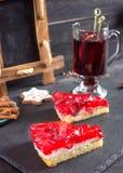 Stukken van cake met aardbei het vullen en een soufflé en een Mulle royalty-vrije stock afbeeldingen