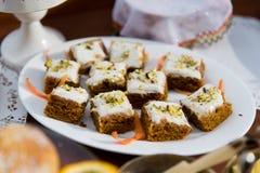 Stukken van cake of pastei op plaat Stock Foto