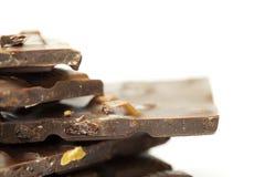 Stukken van chocolade met noten en rozijnen gevouwen m stock foto