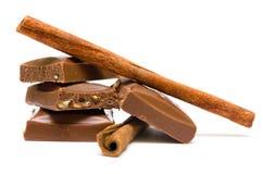 Stukken van chocolade met pijpjes kaneel Royalty-vrije Stock Foto
