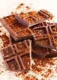 Stukken van donkere chocolade op een houten lijst Stock Foto's