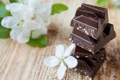 Stukken van donkere chocolade op een lijst Royalty-vrije Stock Fotografie