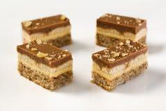 Stukken van een chocolade en vanillepuddingscake Stock Foto