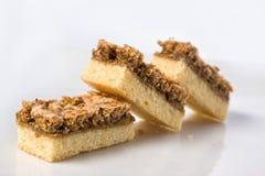Stukken van een chocoladecake op een plaat Stock Foto's