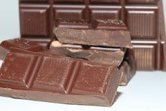 Stukken van een donkere chocoladereep Stock Foto's