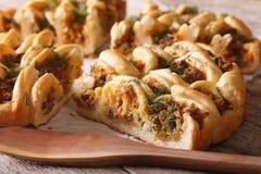 Stukken van een pastei met vlees en groentenmacro horizontaal Royalty-vrije Stock Afbeeldingen