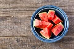 Stukken van een watermeloen in een kom Royalty-vrije Stock Afbeeldingen