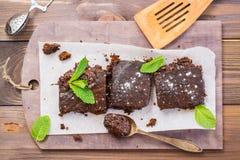 Stukken van eigengemaakte chocolade brownies met bladeren van munt stock fotografie