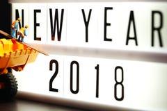 Stukken van Engelse teksten die nieuw jaar 2018 op verlicht licht vakje spellen Stock Fotografie