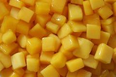 Stukken van gele mangoclose-up voor achtergrond Stock Foto's
