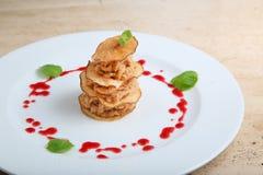 Stukken van geroosterd vlees met perenspaanders Stock Fotografie