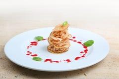 Stukken van geroosterd vlees met perenspaanders Stock Foto