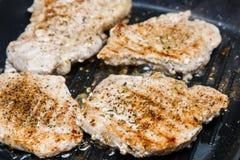 Stukken van geroosterd vlees op gekarteld rooster royalty-vrije stock afbeelding