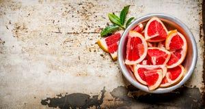 Stukken van gesneden grapefruit in een kop stock afbeelding
