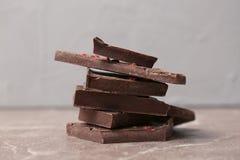 Stukken van heerlijke donkere chocolade royalty-vrije stock afbeeldingen