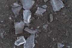 Stukken van ijs op de grijze grond als achtergrond stock afbeelding