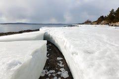 Stukken van ijs op de kust van het noordelijke overzees Royalty-vrije Stock Fotografie