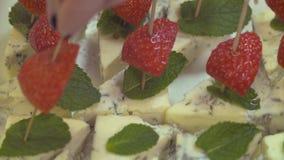 Stukken van kaas met gesneden aardbeien stock video
