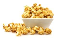 Stukken van karamelpopcorn in een kom Stock Fotografie