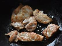 stukken van kippenborst in een pan Stock Afbeelding