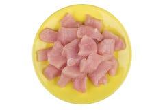 Stukken van kippenvlees in gele die plaat op wit worden geïsoleerd Stock Foto