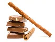 Stukken van melkchocola met kaneel Stock Afbeeldingen