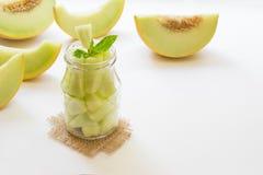 Stukken van meloen in een kruik stock foto's
