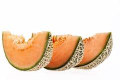 Stukken van meloenkantaloep op witte achtergrond worden geïsoleerd die Royalty-vrije Stock Foto's