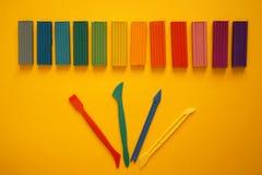 Stukken van multicolored plasticine voor kinderen tegen een gele achtergrond royalty-vrije stock afbeeldingen
