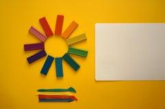 Stukken van multicolored plasticine voor kinderen tegen een gele achtergrond royalty-vrije stock foto's