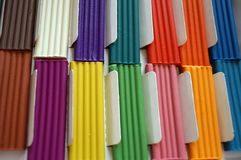 Stukken van multicolored plasticine voor kinderen tegen een gele achtergrond stock afbeeldingen