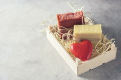 Stukken van natuurlijke met de hand gemaakte zeep en rode valentijnskaart ` s in een houten doos, Idee voor een gift Royalty-vrije Stock Foto's