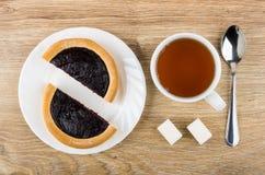 Stukken van pastei met bosbessenjam, kop thee, suiker Stock Afbeelding