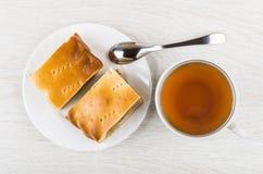 Stukken van pastei met gevuld in plaat, theepot en thee Royalty-vrije Stock Foto's