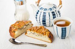 Stukken van pastei met kip, suiker, theepot, thee in kop Stock Afbeeldingen