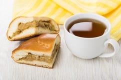 Stukken van pastei met kool, servet en kop thee Royalty-vrije Stock Afbeelding