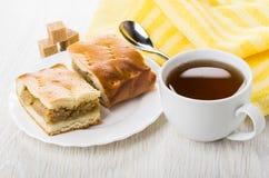 Stukken van pastei met kool, servet, suiker, theelepeltje, thee Stock Fotografie