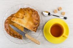 Stukken van pastei in schotel, mes, thee, theelepeltje en suiker Royalty-vrije Stock Fotografie
