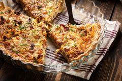 Stukken van quiche Lotharingen met bacon en kaas Stock Afbeeldingen
