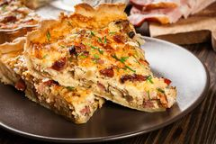 Stukken van quiche Lotharingen met bacon en kaas Stock Foto