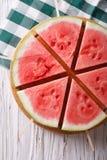 Stukken van rijpe watermeloen op een stokclose-up Verticale hoogste mening Stock Foto's